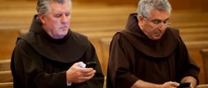 In chiesa o mentre fanno sesso: i forzati degli sms non conoscono limiti