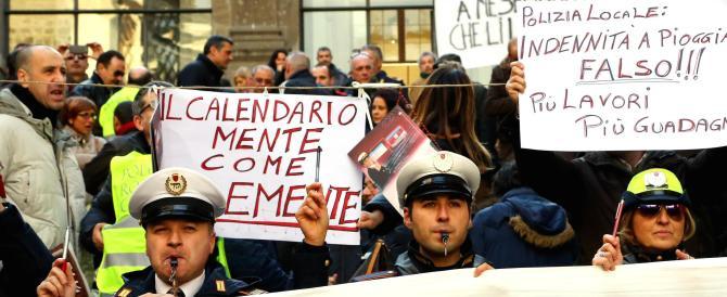 Protesta dei dipendenti comunali in Campidoglio: «Vergogna, vergogna»