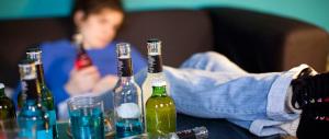 Sfascio Italia, l'80% dei ragazzi beve alcol: anche 5 bicchieri uno dopo l'altro