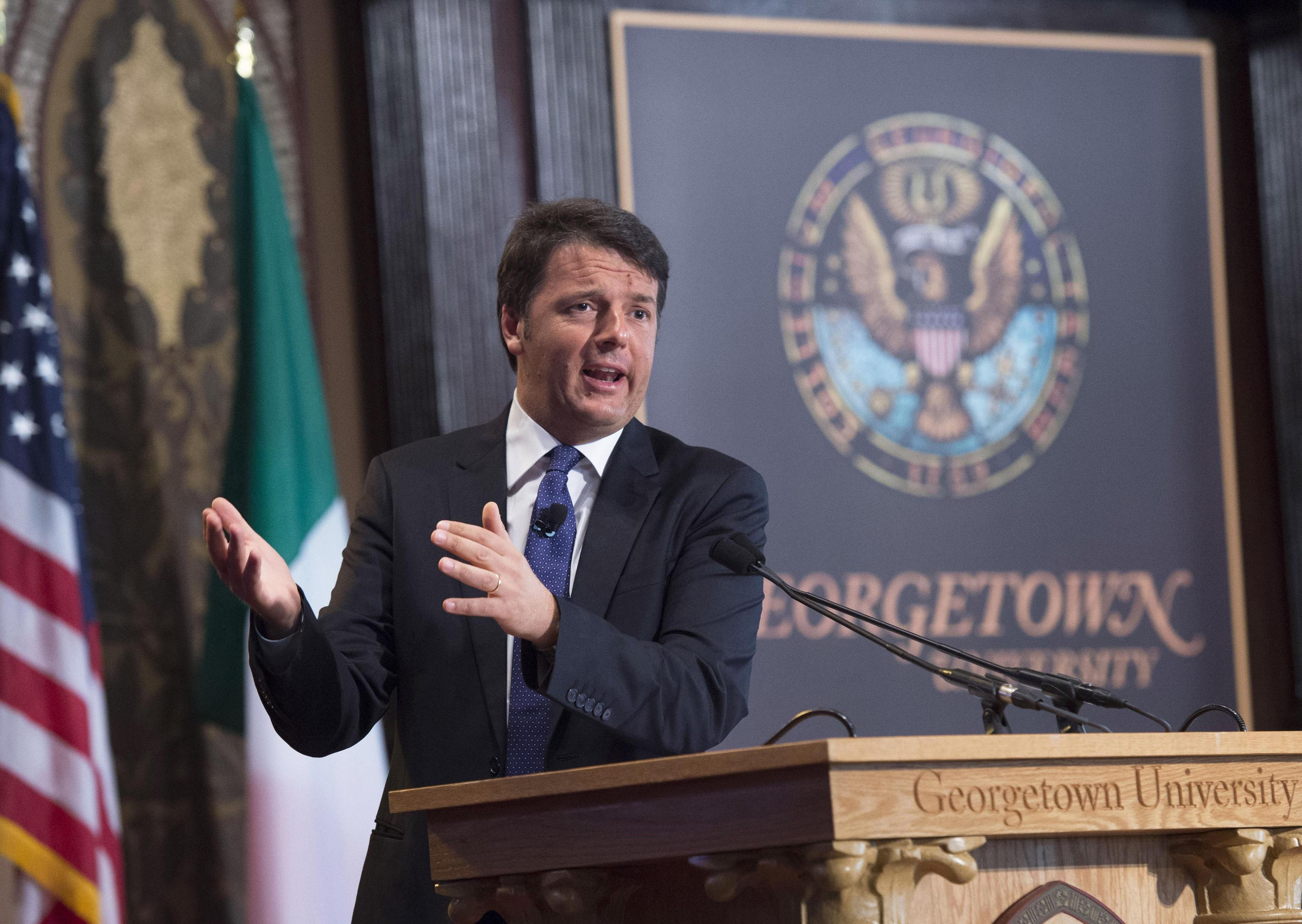 """Renzi vola negli Usa e racconta che è """"belloccio"""" ma """"non addormentato"""""""