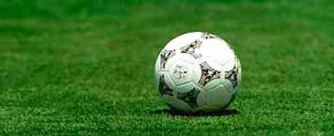 Un dribbling, il gol con fallo e la rissa in campo: padre e figlio a processo