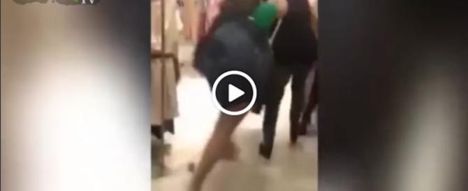 Rissa tra due ragazze israeliane per un capo in saldo. Guarda il video