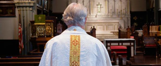 Il parroco adescava minori con sms: arrestato per violenza sessuale