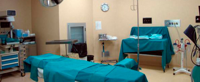 Napoli, donna muore dopo il parto: ritrovata una garza nell'addome