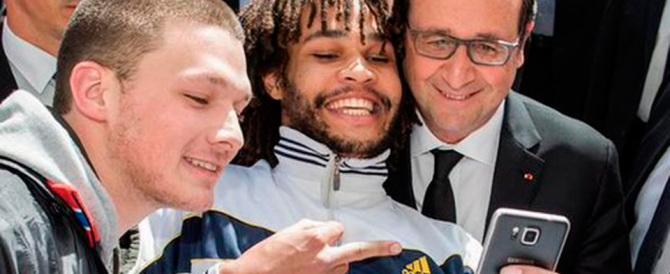 Hollande beffato da un ragazzo: il selfie col dito alzato impazza sul web
