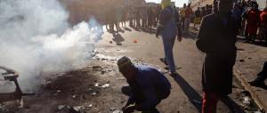 Caccia all'immigrato in Sudafrica: pestaggi, negozi e case in fiamme