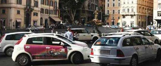 Botte da orbi tra un tassista e un pedone: panico tra i turisti a Roma