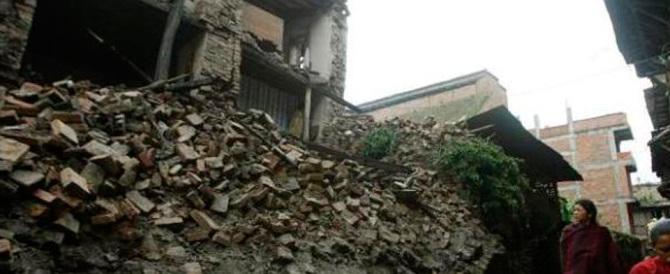 Forte terremoto in Nepal, morti anche in India. Valanga sull'Everest