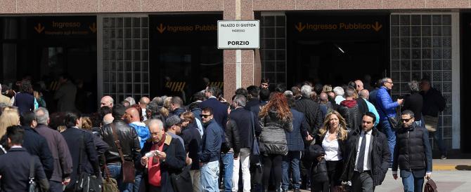 Tensione al Tribunale di Napoli: per entrare avvocati sfondano una vetrata