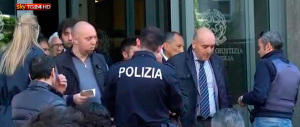 Milano, il killer è entrato con un falso tesserino. Malore in caserma