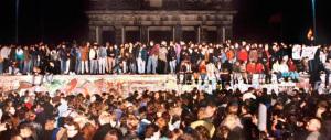 """Venduto il famoso """"foglietto"""" che fece cadere il Muro di Berlino. Andò così"""