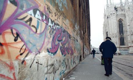 Milano, graffittari scatenati: sui muri ora insultano i volontari anti-degrado