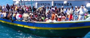 In arrivo un barcone con 450 immigrati. Il governo stavolta è unito: porti chiusi