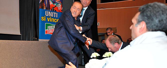 """Berlusconi inciampa e cade sul palco: """"Colpa della sinistra"""" (foto gallery)"""