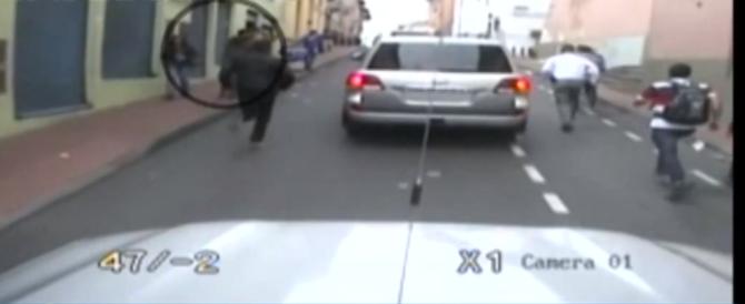 Ecuador: fa un gestaccio al presidente che scende dall'auto e lo fa arrestare (VIDEO)