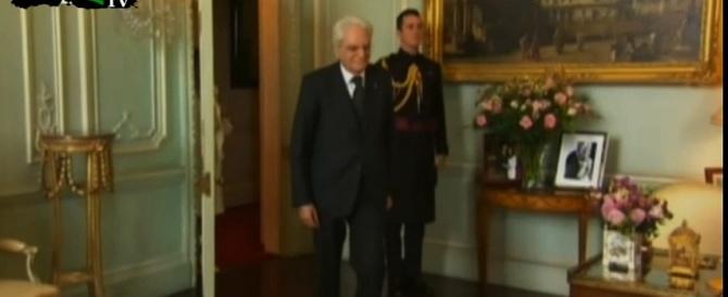 L'interprete non arriva, scena muta di Mattarella davanti alla Regina (Video)