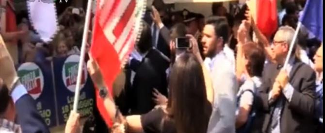 Tenta di aggredire Berlusconi, la reazione furiosa dei supporter (Video)