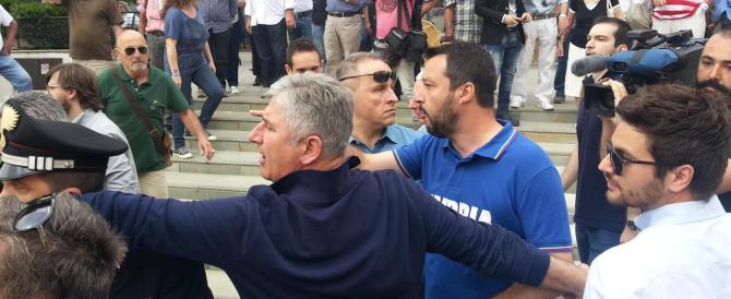 """Urla e sputi """"antifascisti"""" contro Salvini. Che risponde tirando baci"""
