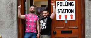 """Sì alle nozze gay: l'Irlanda non è più """"cattolicissima"""". E i laicisti brindano"""