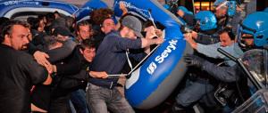 I soliti centri sociali contestano Salvini a Mestre. Ma lui rilancia: sfiderò Renzi