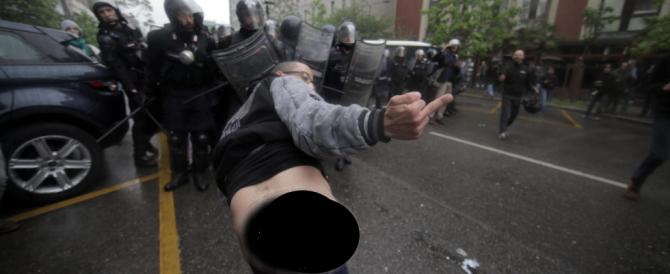 Black bloc, i soliti vigliacchi: provocano, colpiscono e scappano. Le foto-choc