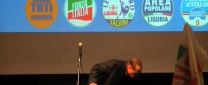Berlusconi cade a terra alla fine del comizio di Genova (Video)