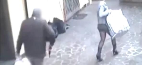 """Collant e tacco 12, """"Occhi di gatto"""" svaligia la gioielleria a Napoli"""