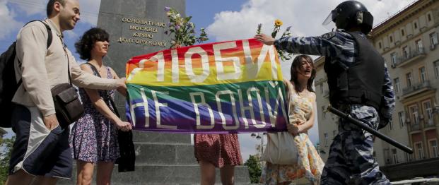 Tentativo di Gay Pride a Mosca: scontri, lanci di uova e quindici arresti
