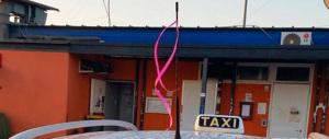 Solidarietà alla collega violentata, nastri rosa sulle antenne dei taxi a Roma