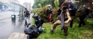 L'agente picchiato a Milano: «Io vittima di un'imboscata, preso a calci e pugni»