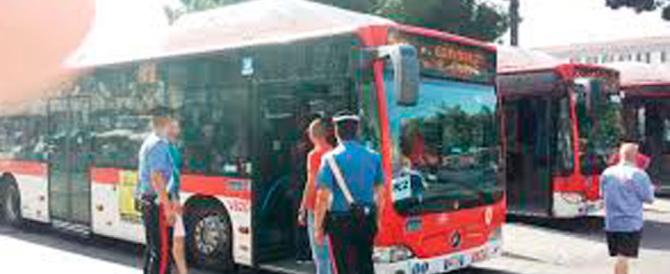 Due serbi lo minacciano col coltello: ancora un autista aggredito sul bus