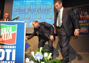 3 - Berlusconi raccoglie lo scalino dove è inciampato