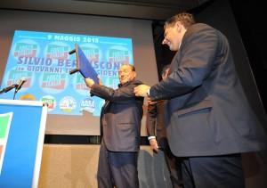 4 - Berlusconi mostra lo scalino e scherza: «Colpa della sinistra»