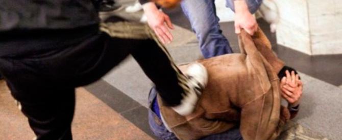 Napoli, follia in autobus: baby gang prende a calci e pugni un passeggero