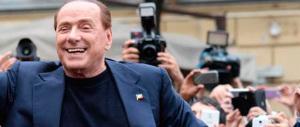 Berlusconi sbaglia festa e si ritrova in una piazza rossa. Ed è boom di selfie e foto
