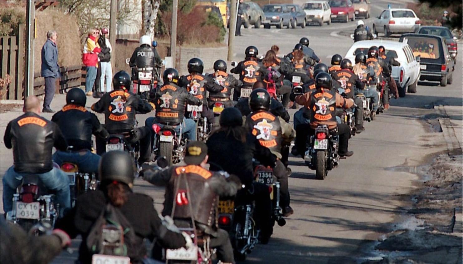 Bikers seguono i corteo funebre di un membro della banda