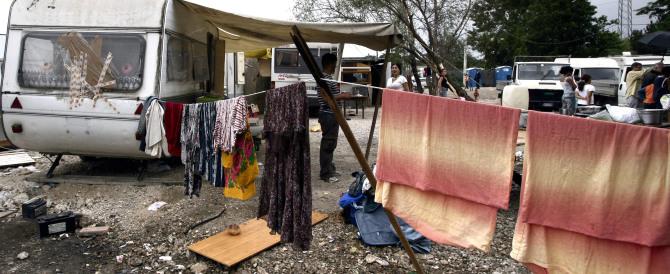 La Raggi vuole chiudere i campi rom. Ma non erano una «risorsa»?