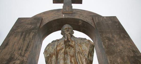 La Francia di Hollande contro i simboli cristiani: togliamo la statua di Wojtyla