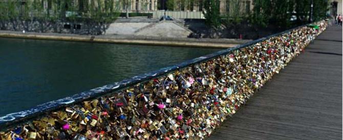 """Via tutti i lucchetti dell'amore: a Parigi una stangata """"tre metri sopra il cielo"""""""