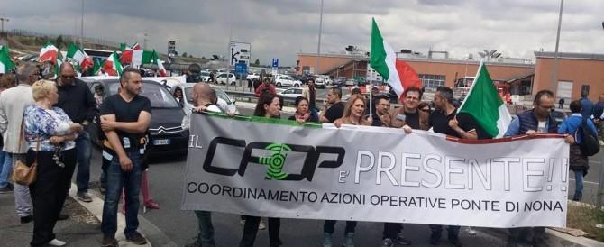 """Roma, periferie in piazza: """"Marino vattene, sei sindaco solo dei rom"""""""