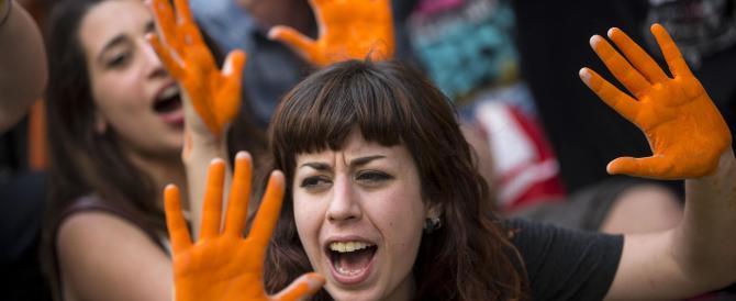 Studenti protestano davanti alla sede del Pd: «Avete le mani sporche»