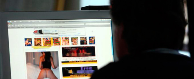 Ricattava la sua ex con la minaccia di postare video porno: arrestato