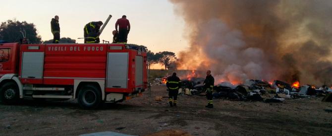 Rom, ancora aggressioni: prendono a sassate i pompieri durante un incendio