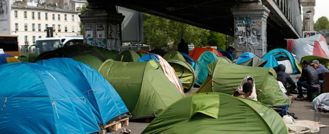 """Le ruspe in azione a Parigi: è stato """"bonificato"""" il ponte dei migranti"""
