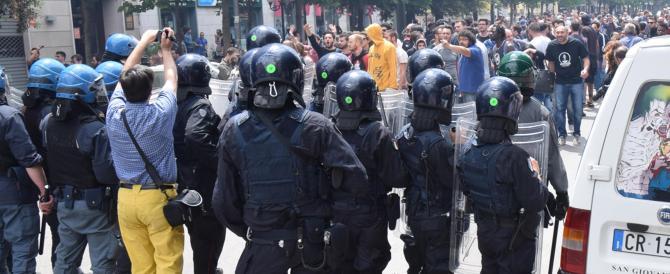 Foggia, uova e fumogeni contro Salvini. La polizia carica i manifestanti
