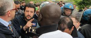 Genova, con bandiere rosse e foto di Pertini augurano a Salvini di morire