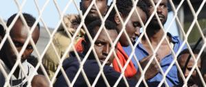 Scafista senza documenti: «Non possiamo espellerlo, va liberato»