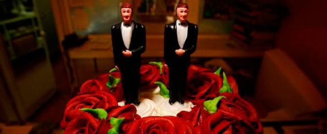 """Una pasticceria si rifiuta di decorare la """"torta gay"""". Condannata"""