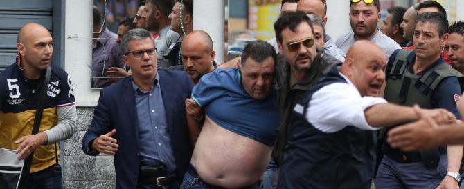 Napoli, ammazza la moglie e spara all'impazzata dal balcone. Quattro morti