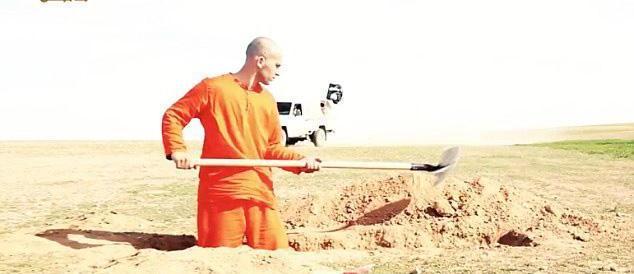Si scava la fossa prima di essere decapitato: nuovo orrore Isis (video)